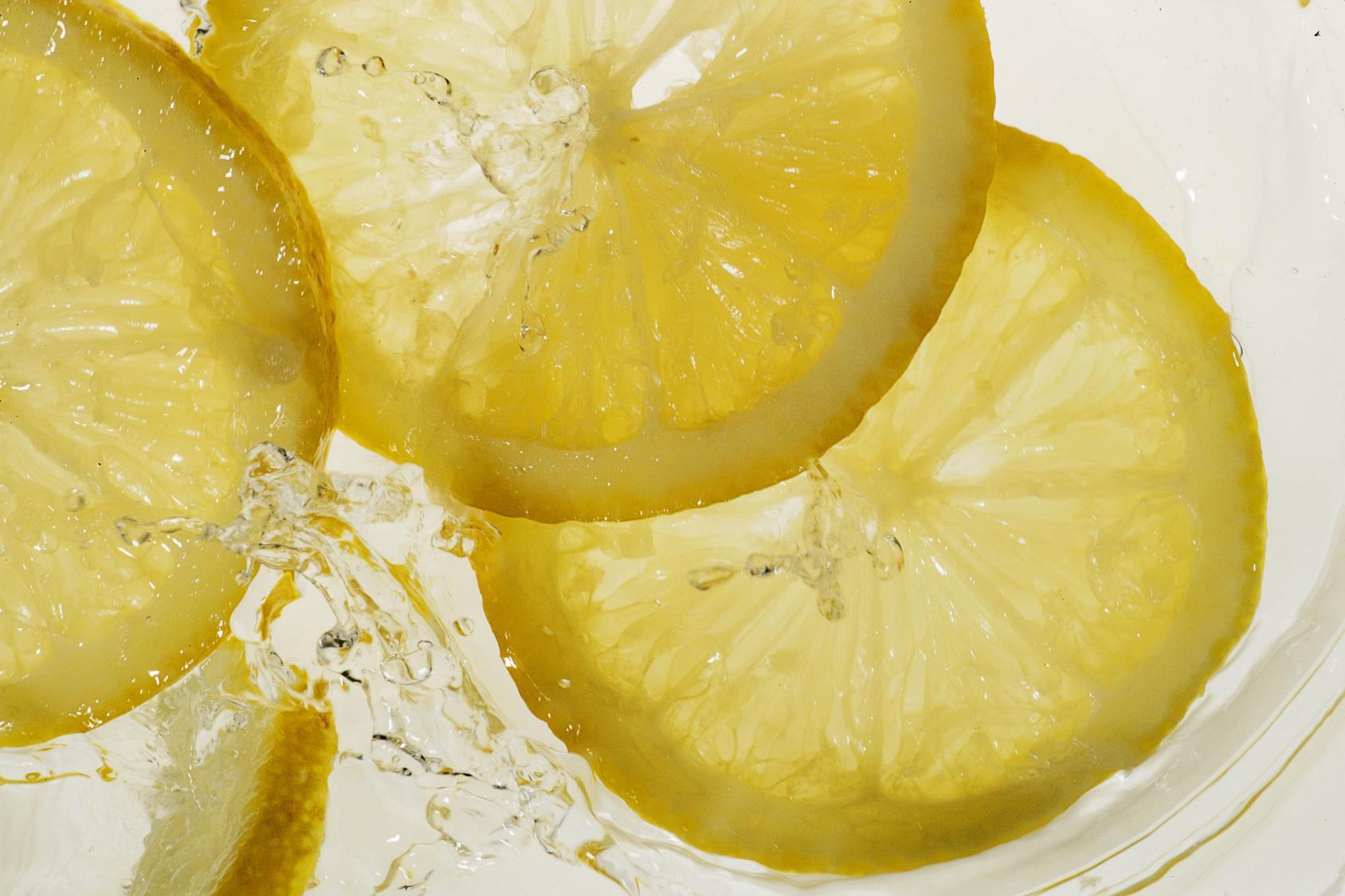 10 powodów, dla których codziennie rano powinieneś pić wodę z cytryną